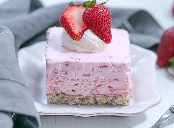 Strawberry Pie Dessert | A dreamy frozen strawberry fluff dessert!