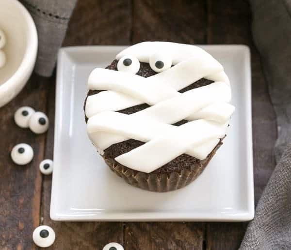 EASY Chocolate Mummy Cupcakes | A simple way to make festive Halloween cupcakes