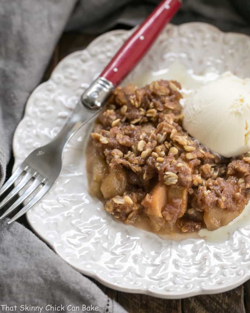 Easy Slow Cooker Apple Crisp | Perfect fall dessert!